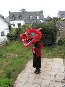 Tête de dragon en papier maché, pour marionnette géante, réalisation collective.